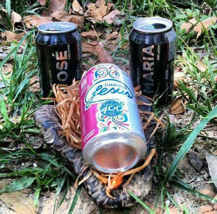 """Presépio feito com latas de Coca-Cola """"Quanto mais José melhor"""" e """"Quanto mais Maria melhor"""" e uma lata de Guaraná Jesus"""
