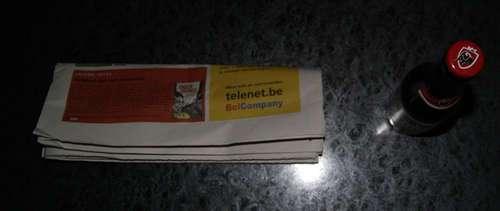 55831665 - Como abrir una botella de cerveza con una hoja de periódico o un billete